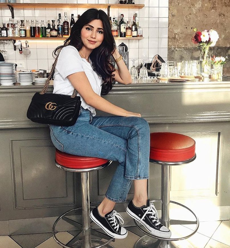 Best And Simplest Casual Day Outfit Idea: White Top, Jeans And Kicks 2021