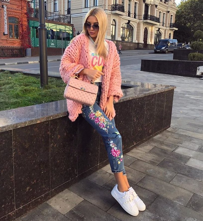 How To Wear Blush Bulky Cardigan With Floral Jeans And White Sneakers 2020