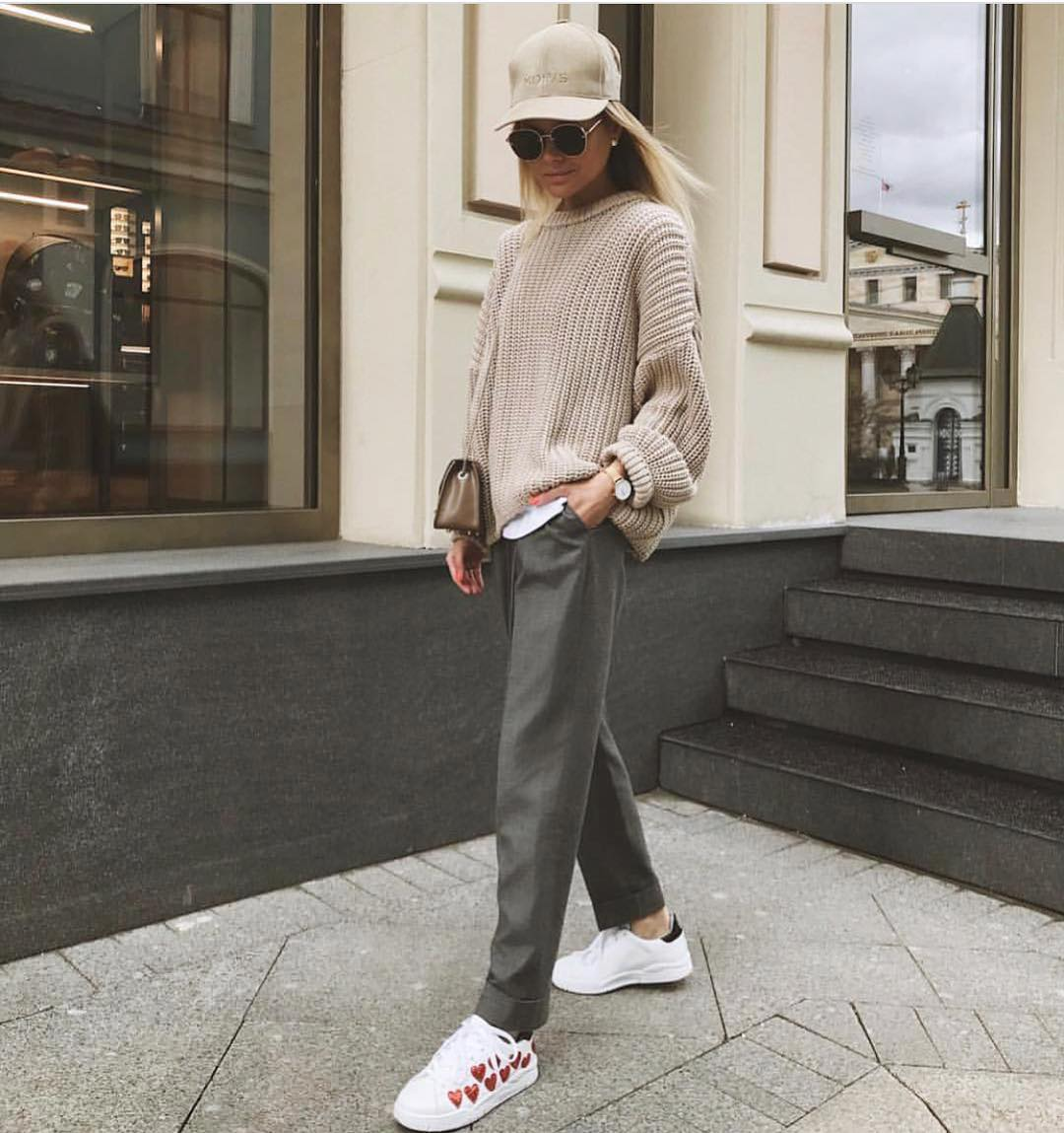 Fall Smart Street Style: Oversized Cream Sweater And Grey Pants With White Kicks 2020