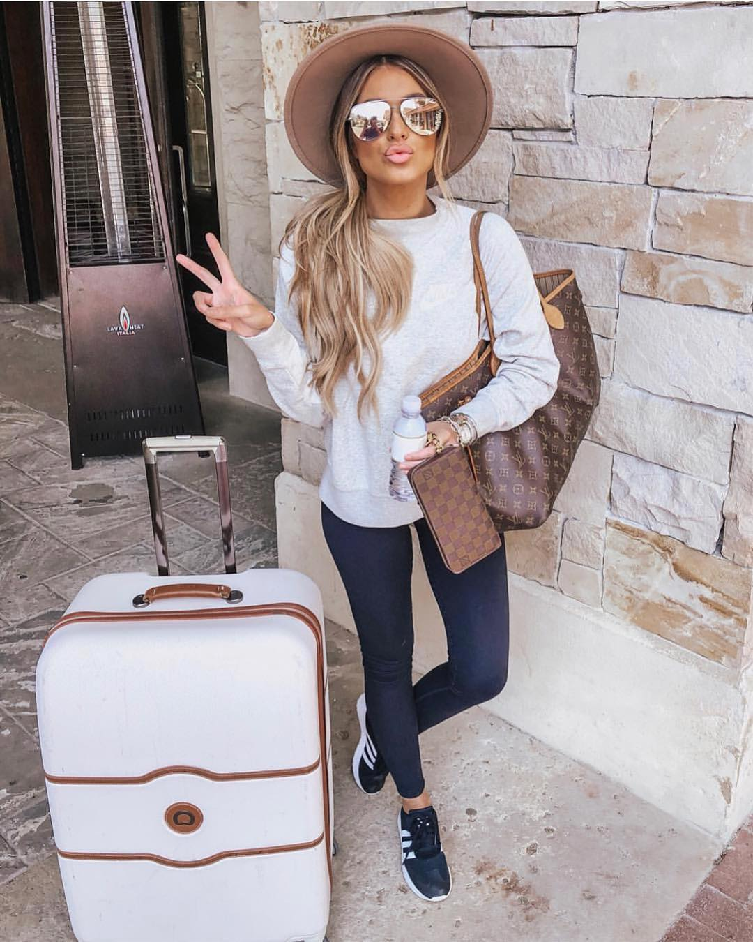Spring Traveling Look: Camel Fedora Hat, Grey Pullover, Jeggings And Kicks 2020